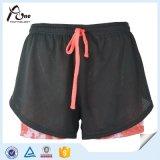 Donne di Whoelsale che eseguono gli Shorts con la biancheria intima