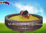 Механически большое родео Bull скача воюя Buking Bull тела с Surfboard