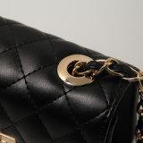 يشكّل [جموتريك] أسود حقائب صغيرة مربّعة ([أ024])