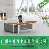Nuevo escritorio del ordenador de la oficina conceptora con la pierna del acero inoxidable