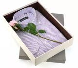 El papel de lujo del oro arropa el rectángulo con el botón Clousure para la ropa