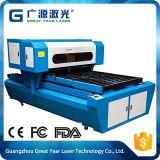 Máquina que corta con tintas de papel de la cartulina en industria que corta con tintas