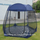 Im Freien kampierende Partei-Familie installieren schnell Freizeit-Zelt