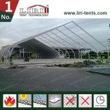 Estrutura de tenda curva curvada clara para campo de futebol
