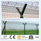 Seguridad y metal del aeropuerto cerca de malla de alambre de púas