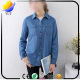숙녀 셔츠 긴 소매 파란 카우보이 셔츠를 단추를 끼우십시오