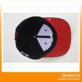 青いロゴの刺繍によって合われる大学帽子