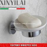 衛生製品の陶磁器皿が付いている壁に取り付けられた石鹸入れ