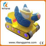 O miúdo a fichas monta a máquina pequena mecânica do carro