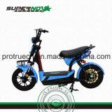 Un motociclo elettrico delle due rotelle con il caricatore astuto