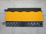 黄色および黒いゴム製管の保護装置