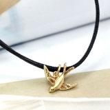 Кожа с ожерельем чокеровщика милого симпатичного шарма птицы привесным