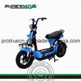 Motocicleta eléctrica de dos ruedas con el cargador elegante