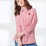 青および白い縞のホローバックの女性のワイシャツ
