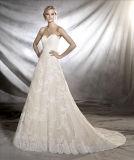 eine Fülle herrliche Spitze-des Blumenmotiv-Tulle-Hochzeits-Kleides mit der Guipurespitze und Edelsteinen, die ganz über die Karosserie kaskadieren