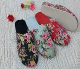 새로운 숙녀가 열리는 발가락을%s 가진 봄 가을 슬리퍼를 데운다