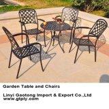 청동색 정원과 해변에 사용되는 색깔과 백색 색깔 팔 의자와 테이블