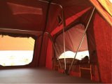 وحيدة طبقة سفريّ يخيّم سقف خيمة علبيّة