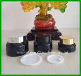 Botella cosmética de cristal con las tapas internas blancas y las tapas negras