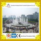 Grande fontana rotonda quadrata dello stagno nel centro urbano