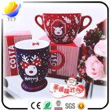 Tasse attachante de Noël de configuration de bière avec la cuillère rouge (tasse en céramique promotionnelle de cadeau de Noël)