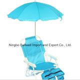 Gosses d'enfants pliant le parapluie de présidence de plage