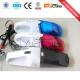 Mini aspirapolvere portatile tenuto in mano del robot del lavaggio di automobile
