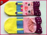 かわいい女の子の習慣によって着色される綿のソックス