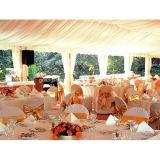 祝祭の冬の寒い気候高貴な党結婚式の庭の玄関ひさしのテント