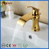 Neuer Entwurfs-Einhebelbadezimmer-heißer kaltes Wasser-Mischer-Hahn-Wasserfall-goldener Hahn