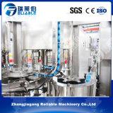 El PLC controla la embotelladora de relleno del embalaje del agua de manatial