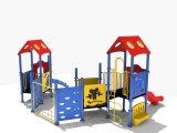 屋外の娯楽運動場の子供のスライド