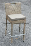 屋外のRattan Round Bar TableおよびRattan Bar Chairs