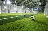 Дерновина травы фальшивки лужайки искусственной травы спорта футбола искусственная