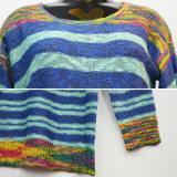 着色された女性は長い袖のセーターを縞で飾った