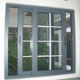 Schiebendes Aluminiumfenster mit weißen Gittern und Moskito-Netz