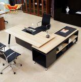 판매 현대 사무실 책상에서. 나무로 되는 책상