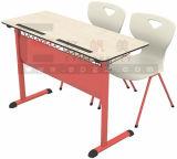 Escritorio de madera de la escuela de la sala de clase con la muestra libre
