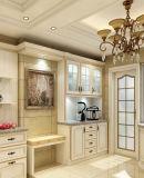 ロシアの最も普及した標準的で旧式で白い木製の食器棚