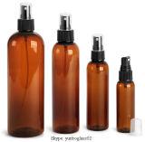 El animal doméstico ambarino Cosmo redondea las botellas plásticas con el casquillo de dispensación del petróleo