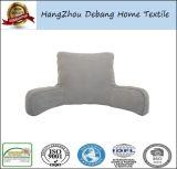 El hogar forma el resto de base que mira la almohadilla de la TV con los brazos