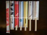 Chopsticks em linha dos produtos tailandeses com luva vermelha