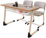 Mesa de madeira da escola da sala de aula com amostra livre