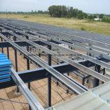 Gruppo di lavoro chiaro della struttura d'acciaio con la gru a ponte
