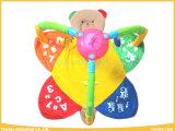 A ginástica do jogo do urso dos brinquedos do bebê com enrola acima a esteira do jogo da música
