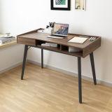 Mesa de madeira do computador do projeto moderno no quarto de estudo
