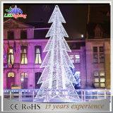 休日の生気に満ちた大きい屋外の人工的な商業評価されるクリスマスツリー