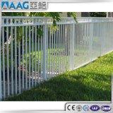 粉の上塗を施してあるアルミニウムプールの塀