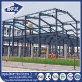 前設計された多階の鉄骨構造のプレハブか組立て式に作られた建物