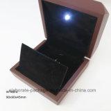 Rectángulo de madera laqueado brillante para el collar y el reloj con la luz del LED